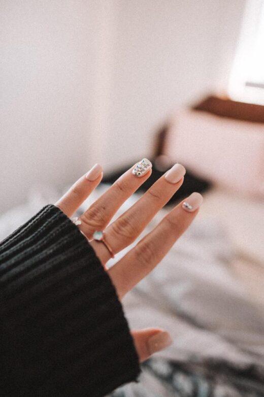 Co to jest hybrydowy lakier do paznokci